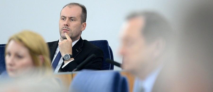 Minister finansów Paweł Szałamacha zwrócił się do premier Beaty Szydło o odwołanie wiceministra finansów Konrada Raczkowskiego. Ma to mieć związek z wypowiedzią wiceministra, który podczas czwartkowego seminarium w SGH stwierdził, że w 2016 roku upadnie kilka małych banków, ale nie będzie to efekt wprowadzenia podatku bankowego, lecz niewłaściwego zarządzania i nadzoru.