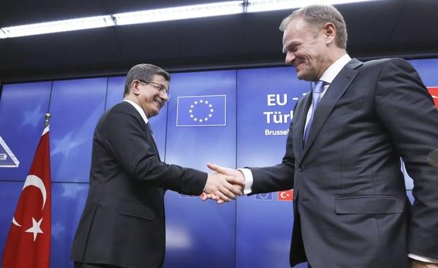 """Unia Europejska i Turcja uzgodniły w Brukseli, że będą pracować nad nowym planem, aby zahamować falę migracji. """"Dni nielegalnej imigracji do Europy dobiegły końca. (...) Wszyscy jesteśmy świadomi, że mamy przełom"""" - podkreślił szef Rady Europejskiej Donald Tusk. Według zapowiedzi Ankara przyjmie z powrotem wszystkich uchodźców nielegalnie przeprawiających się do Grecji. W zamian oczekuje wsparcia finansowego - w sumie 6 mld euro i przyspieszenia negocjacji dotyczących przystąpienia do Unii Europejskiej."""