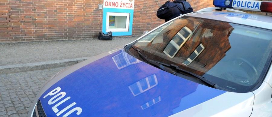 Prokuratura we Wrocławiu wszczęła śledztwo w sprawie śmierci noworodka porzuconego wczoraj wieczorem w oknie życia przy ul.Rydygiera. Dziewczynkę znalazły siostry. Nie oddychała. Na miejsce wezwano pogotowie. Reanimacja noworodka się nie powiodła.