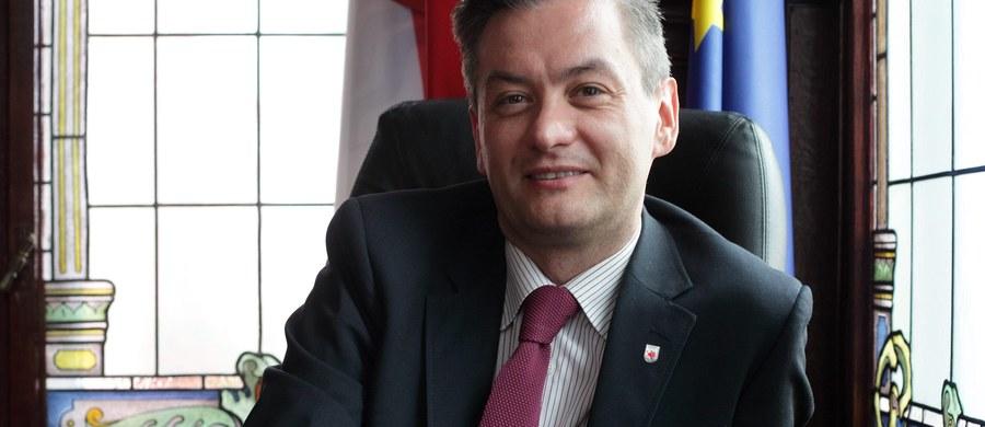 """""""Myślę, że w 2020 roku prezydentem będzie Robert Biedroń. Po okresie konserwatyzmu i prezydenta, który jest bardzo na prawo, przyjdzie pora na prezydenta, który będzie bardziej liberalny"""" – mówi, pytany przez słuchaczy o przyszłego prezydenta, gość Kontrwywiadu RMF FM były prezydent Aleksander Kwaśniewski. Jego zdaniem trzeba szukać w Polsce ludzi, którzy mają lepszy kontakt z pokoleniem młodym, internetowym. """"Następny prezydent Polski to będzie człowiek z pokolenia internetowego dzieci sieci"""" – dodaje gość RMF FM. """"Bronisław Komorowski przegrał m.in. dlatego, że nie zauważył fenomenu młodych ludzi, którzy czytają Twittery i Facebooki"""" – uważa były prezydent."""