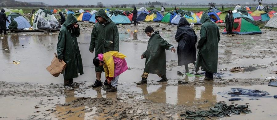 Państwa UE powinny przyśpieszyć przejmowanie i rozmieszczenie uchodźców z Grecji i Włoch - zaapelował komisarz UE ds. migracji Dimitris Awramopulos. Jego zdaniem miesięcznie należy relokować co najmniej 6000 osób.