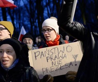 """Protesty przed KPRM ws. Trybunału. """"Państwo prawa, nie Prezesa!"""""""