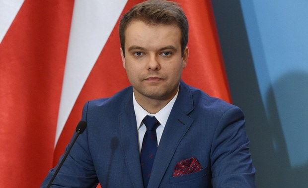 Opinia Komisji Weneckiej jest dokumentem niewiążącym, rząd przeanalizuje możliwości jej zastosowania - mówi rzecznik rządu Rafał Bochenek. Stanowisko rządu w tej sprawie zostanie zaprezentowane w sobotę o godz. 10.30 w kancelarii premiera.