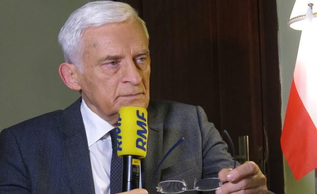 """""""Spodziewaliśmy się takiej opinii Komisji Weneckiej. Ta opinia ma wielką wagę międzynarodową"""" - mówi Gość Krzysztofa Ziemca w RMF FM, były premier Jerzy Buzek. Pytany o to, co stanie się, jeśli rząd nie zastosuje się do zaleceń Komisji, odpowiada: """"Spośród 500 opinii, które Komisja Wenecka wydała w ciągu ostatnich niemal 30 lat, niewielka ilość została jakoś tam nie uwzględniona - np. Rosja Putinowska czy Lichtenstein"""". Buzek dodaje, że w skład Komisji wchodzi 60 krajów. """"To jest potęga z punktu widzenia oddziaływania międzynarodowego i doświadczenia. Tam są setki prawników i doradców prawa międzynarodowego, demokracji, praw człowieka i praworządności"""" - zauważa były premier. Jego zdaniem, w Polsce mamy obecnie """"najpoważniejszy kryzys konstytucyjny i polityczny ostatnich dwudziestu paru lat"""". Według Jerzego Buzka, pierwszym krokiem do porozumienia jest niezwłoczne opublikowanie wyroku Trybunału Konstytucyjnego. """"Pewnie 6-7 dni to jest górna granica publikacji"""" - dodaje gość RMF FM. Jego zdaniem, nie można mówić o konflikcie Komisja Europejska - rząd. """"Na pewno to, co dzisiaj zaleca nam Komisja Wenecka, to nie jest wejście w konflikt z kimkolwiek. Także z Polską czy z polskim rządem"""" - podkreśla były premier. """"Opinia nie przyszła nie wiadomo skąd. Od nas samych, bo my jesteśmy członkami Rady Europy"""" - zauważa również Jerzy Buzek. Pytany o pozycję Polski w Europie, odpowiada: """"Bardzo często rozmawiam z wieloma ludźmi i załatwiam ważne dla Polski sprawy - i jednak obserwuję zmianę nastroju wobec naszego kraju"""". Zdaniem Buzka, pierwszy krok do rozwiązania konfliktu należy do rządzących."""