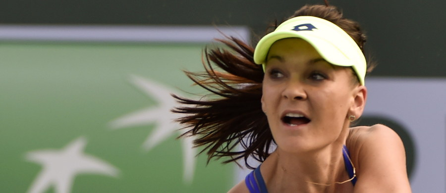 Rozstawiona z numerem trzecim Agnieszka Radwańska pokonała Słowaczkę Dominikę Cibulkovą 6:3, 3:6, 7:5 w drugiej rundzie turnieju WTA Premier na twardych kortach w Indian Wells (pula nagród: 6,135 mln dolarów).