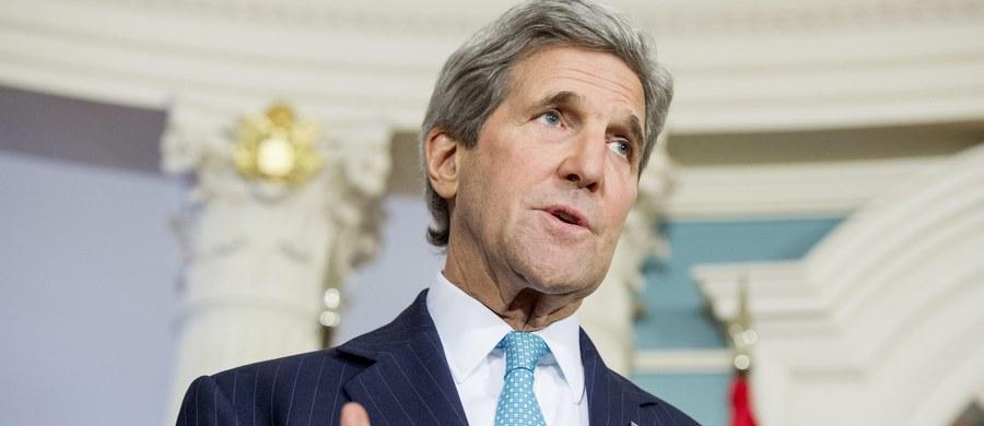 """Dziś odbędą się amerykańsko-rosyjskie konsultacje w sprawie nieprzestrzegania rozejmu w Syrii – zapowiedział sekretarz stanu USA John Kerry. Z kolei w poniedziałek rozpoczną się w Genewie rozmowy pokojowe pomiędzy opozycją i syryjskim rządem. """"Mówimy bardzo wyraźnie, że reżim Asada nie może wykorzystywać sytuacji, gdy inni starają się w dobrej wierze przestrzegać rozejmu"""" – zaznaczył Kerry. """"Jeśli taki jest ich tok myślenia, to radzę im, by nie przyjeżdżali (...)"""" - odpowiedział na ten apel minister spraw zagranicznych Syrii."""