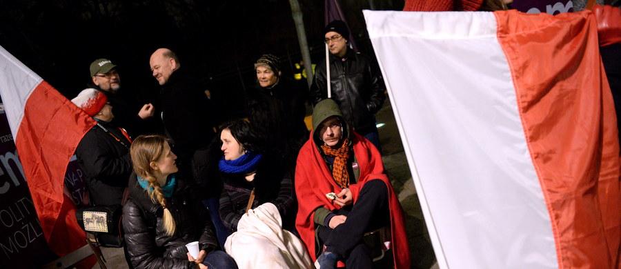 Wspólne, głośne czytanie konstytucji przed siedzibą rządu zorganizowała w sobotę wieczorem Partia Razem. Jej członkowie od środy prowadzą przed kancelarią premiera protest przeciw niepublikowaniu przez gabinet Beaty Szydło orzeczenia Trybunału Konstytucyjnego ws. nowelizacji ustawy o TK autorstwa PiS.