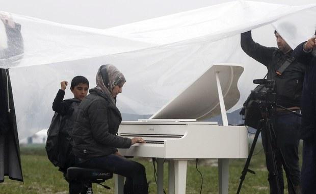Około 200 migrantów wzięło udział w sobotnim proteście w pobliżu granicy grecko-macedońskiej, gdzie utknęło ponad 14 tysięcy ludzi. Uchodźcy domagali się otwarcia przejścia granicznego. W okolicach Idomeni zorganizowano koncert, a jeden z Syryjczyków rozpoczął strajk głodowy.