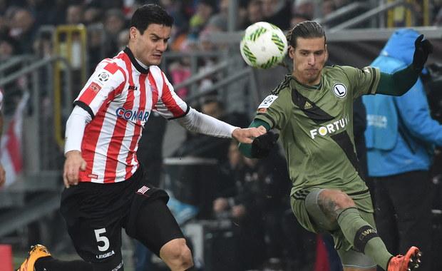 Legia Warszawa po raz drugi w tym sezonie pokonała Cracovię - tym razem 2:1 na wyjeździe. W tabeli zespół ze stolicy wyprzedza o punkt Piasta, który dzień wcześniej wygrał w Gliwicach z Podbeskidziem Bielsko-Biała 3:2.