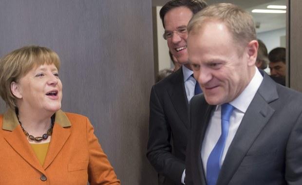 """Niemiecka gazeta """"Frankfurter Allgemeine Sonntagszeitung"""" donosi o starciu ws. polityki wobec uchodźców, do jakiego miało dojść pomiędzy przewodniczącym Rady Europejskiej Donaldem Tuskiem i kanclerz Niemiec Angelą Merkel podczas ostatniego szczytu UE w Brukseli. O konflikcie pisze również tygodnik """"Der Spiegel"""", który stwierdza wręcz, że """"Tusk (…) wbił jej (Merkel) nóż w plecy""""."""