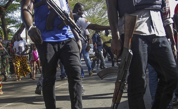 Co najmniej 16 osób zginęło - w tym 4 Europejczyków - a 11 jest rannych po tym, jak kilku uzbrojonych w kałasznikowy napastników zaatakowało dwa hotele w popularnym wśród turystów kurorcie Grand-Bassam na Wybrzeżu Kości Słoniowej. Do ataku przyznał się lokalny odłam Al Kaidy.