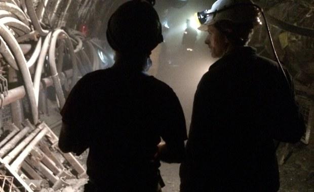 Zarząd Kompanii Węglowej i związkowcy dziś znów zasiedli do negocjacji. W spółce trwa spór zbiorowy dotyczący średnich wynagrodzeń i to właśnie o tym strony rozmawiają. Związki zawodowe domagają się zapewnienia, że średnie miesięczne wynagrodzenia górników będą w tym roku takie same jak w roku ubiegłym. Ostatnie spotkanie w tej sprawie - 10 dni temu - trwało kilka godzin, ale nie udało się podpisać porozumienia. Były to pierwsze rozmowy związkowców z nowym prezesem Kompanii Węglowej Tomaszem Rogalą. Związki wciąż także oczekują, że zostanie im przedstawiony biznesplan dla Polskiej Grupy Górniczej, czyli spółki, która od maja ma przejąć 11 kopalń Kompanii Węglowej.