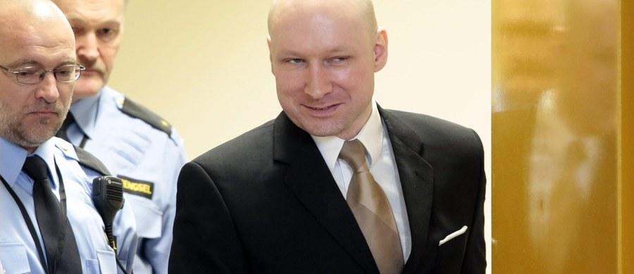 """Zdjęcie Andersa Breivika wznoszącego rękę w hitlerowskim pozdrowieniu obiegło cały świat. Dziś w drugim dniu procesu, w którym Breivik pozwał państwo norweskie o nieludzie traktowanie, on sam zabrał głos. """"Uważam, że wiele osób nie przetrwałoby tego co ja. Państwo próbuje mnie zamordować"""" - powiedział człowiek, który zamordował 77 osób. Najmłodsza z jego ofiar miała 14 lat."""