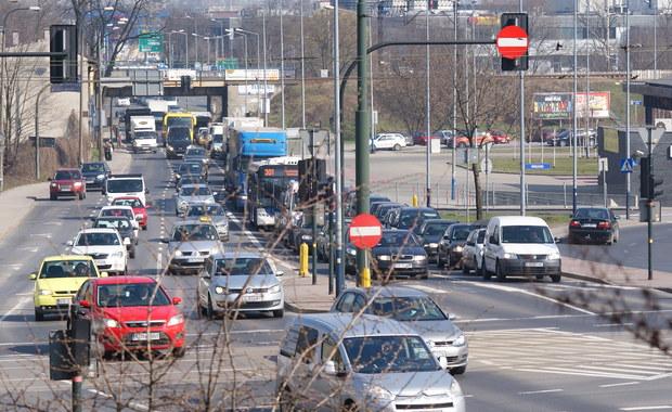 Tymczasowe zwężenia drogi i duże zmiany w komunikacji – tak będzie wyglądał nadchodzący weekend w Krakowie. W nocy z piątku na sobotę drogowcy rozpoczynają budowę węzła drogi S7 z ulicą Igołomską i Ptaszyckiego w północno-wschodniej części miasta.