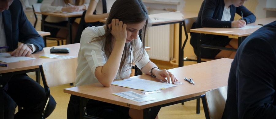 Od roku szkolnego 2016/17 absolwenci szkół średnich będą mogli składać odwołania od wyniku egzaminu maturalnego. Zniknie za to egzamin szóstoklasistów - zapowiada resort edukacji. Właśnie wysłaliśmy do uzgodnień międzyresortowych projekt zmiany ustawy o systemie edukacji, która stworzy maturalne komisje arbitrażowe - mówi minister edukacji narodowej Anna Zalewska.