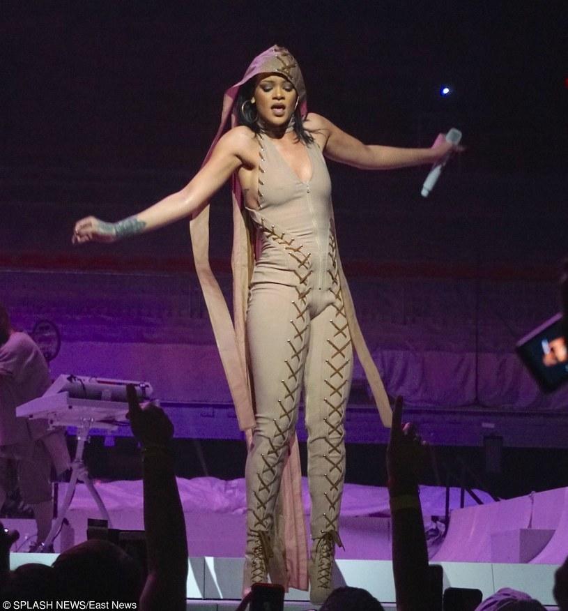 """W marcu Rihanna ruszyła w trasę koncertową promującą płytę """"Anti"""". Pierwsze koncerty przebiegają bez problemów. Przy okazji jednego ze swoich występów wokalistka odkryła talent u jednego z fanów."""