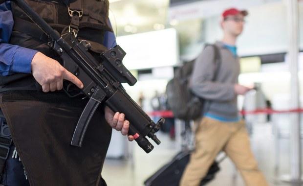 Na dworce, lotniska i do centrów handlowych skierowanych zostało więcej policjantów - ogłosił szef resortu spraw wewnętrznych. Mariusz Błaszczak zapowiedział także przyspieszenie zmian prawnych - w czwartek przyjęty ma zostać projekt tzw. ustawy antyterrorystycznej.