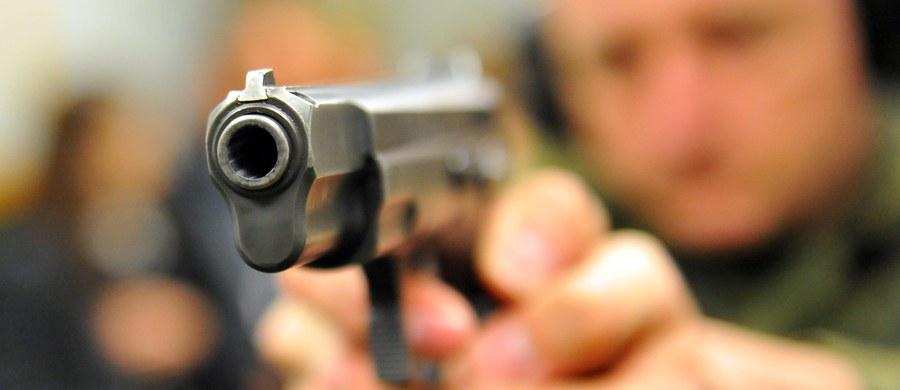"""Warunki przechowywania prywatnej broni są sprawdzane sporadycznie – donosi """"Rzeczpospolita"""", powołując się na raport NIK w tej sprawie. Policyjna baza zawiera błędne dane dotyczące właścicieli broni. Służby nie do końca wiedzą kto ją posiada i jak przechowuje."""