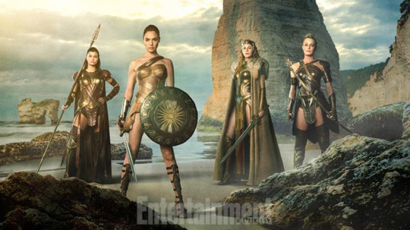 """Pojawił się pierwszy fotos reklamujący film """"Wonder Woman"""". Widzimy na nim tytułową bohaterkę, graną przez Gal Gadot, w towarzystwie matki i dwóch ciotek."""