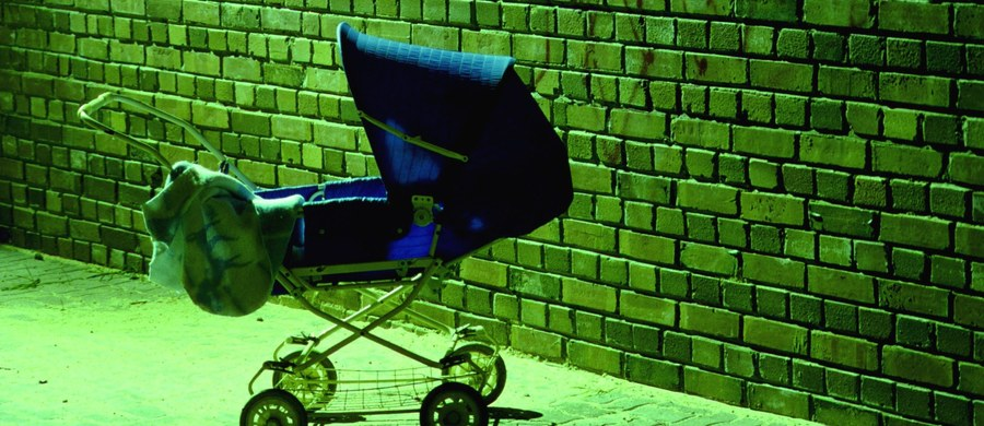 Zarzut porzucenia dziecka usłyszeć ma matka 16-miesięcznego chłopca, którego w wózku zostawiła na klatce schodowej bloku na krakowskim Podgórzu. Sama poszła do… znajomych.