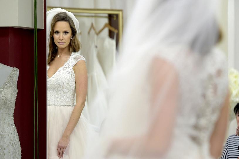 """Aktorka Monika Mrozowska przygotowuje się do ślubu. - Z jednej strony chciałabym, żeby suknia miała zabudowaną szyję, a z drugiej zaś - podobają mi się suknie z głębokim dekoltem. Faktycznie jest z tym problem - przyznaje aktorka. """"Salon Sukien Ślubnych: Polska"""" z udziałem Moniki Mrozowskiej można zobaczyć w piątek, 25 marca, o godz. 22, w telewizji TLC."""