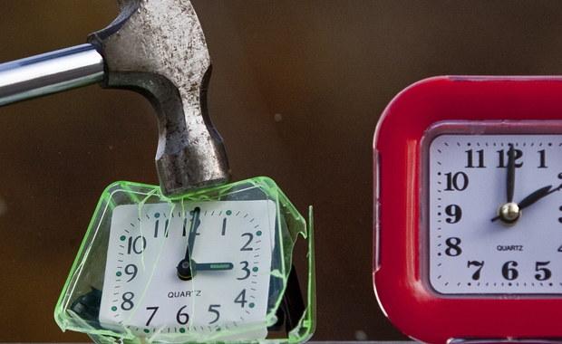 W nocy zmieniliśmy czas z zimowego na letni - czyli spaliśmy o godzinę krócej. Wskazówki zegarów przesunęliśmy z godz. 2:00 na 3:00. Rozróżnienie na czas zimowy i letni stosuje się w około 70 krajach na całym świecie. Wyjątkiem są Islandia i Białoruś. Czasu na letni nie zmienia też Rosja.