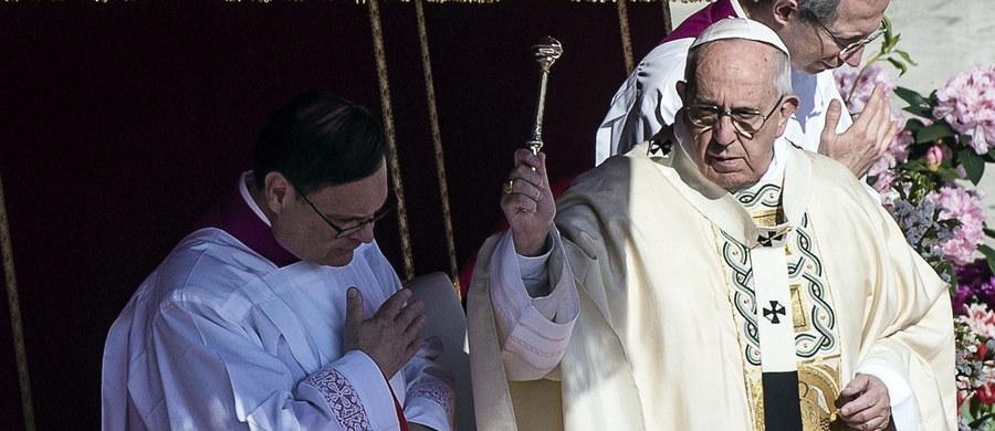"""W wielkanocnym orędziu papież Franciszek zaapelował o zakończenie wojny w Syrii, gdzie - jak mówił w południe - """"trwa ponury orszak zniszczeń i śmierci"""". Zwracając się do wiernych na całym świecie papież oddał hołd ofiarom terroryzmu."""