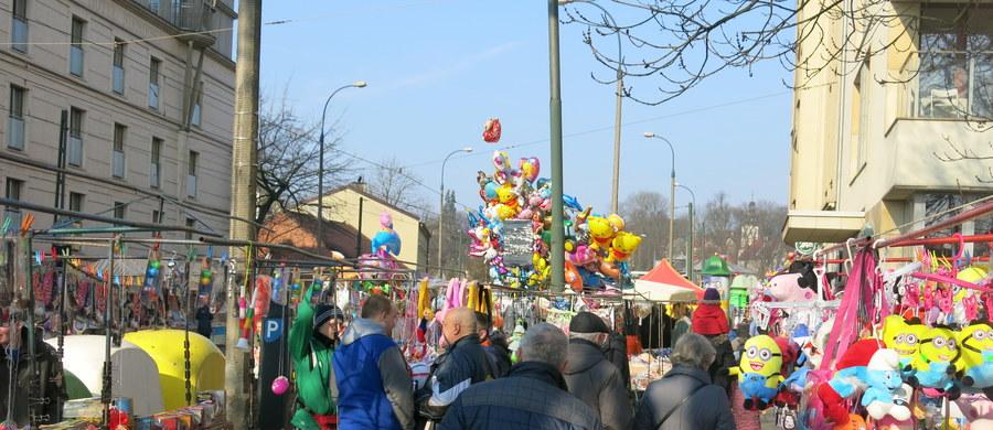 Tłumy krakowian i turystów uczestniczyły w poniedziałek wielkanocny na tradycyjnym Emausie, czyli odpuście przy klasztorze sióstr norbertanek na krakowskim Salwatorze. Mieszkańcy Wieliczki i przyjezdni oglądali w tym dniu poczynania Siudej Baby.