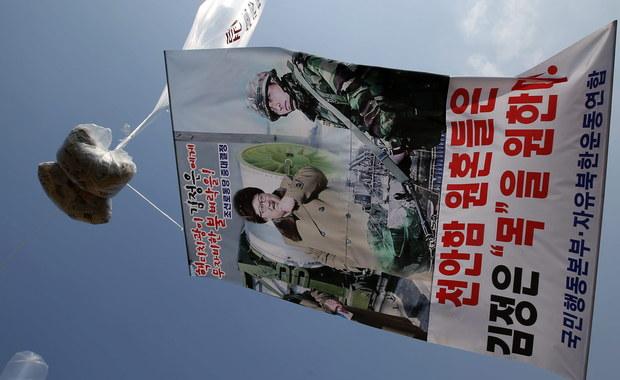 Aktywiści z Korei Południowej wysłali przez silnie strzeżoną granicę balony z około 100 tysiącami ulotek, krytykujących północnokoreański reżim. Obserwatorzy podkreślają, że stało się to w momencie, gdy wzrosło napięcie na Półwyspie Koreańskim.