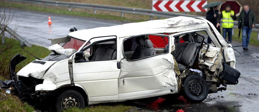 Od piątku na drogach doszło 180 wypadków, w których zginęły 22 osoby, a 226 zostało rannych - te tragiczne dane podała policja. Zaznaczono również, że zatrzymano 740 nietrzeźwych kierowców.