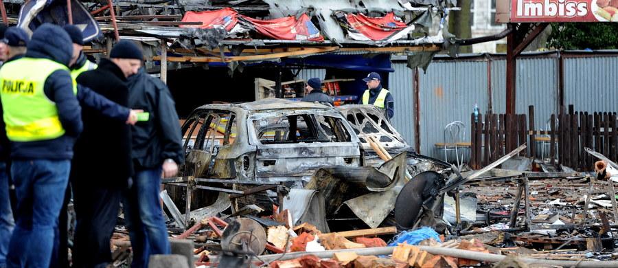 Biegli dwukrotnie zbadali miejsce wybuchu stoiska z fajerwerkami w Osinowie Dolnym w Zachodniopomorskiem. Odpowiedzi na pytanie dlaczego doszło do eksplozji jednak jak dotąd nie ma. Jest za to prokuratorskie śledztwo i próba oszacowania zniszczeń - informuje nasza reporterka Aneta Łuczkowska. W nocy na targowisku wybuchł kolejny pożar. Ogień objął cztery pawilony, ale w innej części obiektu niż wczorajsza eksplozja. We wczorajszym wybuchu stoiska z fajerwerkami rannych zostało 8 osób. Po potężnej eksplozji targowisko zaczęło płonąć.