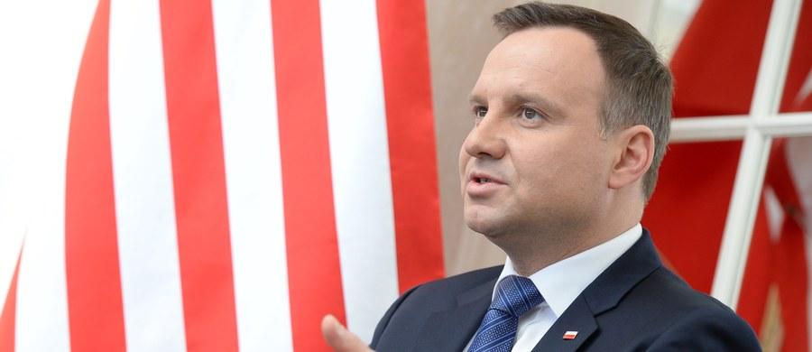 """""""Amerykanie oświadczyli dzisiaj, że do Europy Środkowo-Wschodniej zostanie wysłana brygada wojsk amerykańskich, brygada pancerna uzbrojona w najnowocześniejszy sprzęt"""" – powiedział Andrzej Duda na spotkaniu z polskimi dziennikarzami w Waszyngtonie. W środę polski prezydent rozpoczął kilkudniową wizytę w Stanach Zjednoczonych, w czasie której m.in. weźmie udział w czwartym Szczycie Bezpieczeństwa Nuklearnego."""