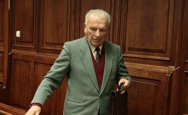 Sąd Najwyższy oddalił kasację obrony od wyroku skazującego Czesława Kiszczaka na 2 lata więzienia w zawieszeniu za wprowadzenie stanu wojennego. Uznał, że osądzenie Kiszczaka przez sąd powszechny, a nie wojskowy, było prawidłowe, a jego stanu zdrowia nie można było także uznać za powód do odstąpienia od ścigania.