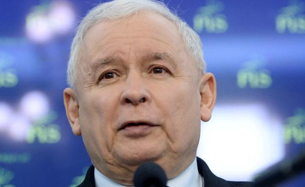 Rozpoczął się dialog polityczny, tak bardzo Polsce potrzebny. To była rozmowa, a nie wojna - powiedział prezes PiS Jarosław Kaczyński po spotkaniu liderów ośmiu partii. Propozycje dotyczące rozwiązania sporu wokół Trybunału Konstytucyjnego zostaną przedstawione w ciągu najbliższych tygodni - dodał. Swoje rozwiązania będą mogły przestawić partie opozycyjne. Z kolei Sejm zapozna się z zaleceniami Komisji Weneckiej, a zespół oceniający tę sprawę rozpoczął już pracę - poinformował Jarosław Kaczyński.