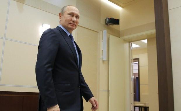 """Była żona magnata prasowego Ruperta Murdocha, Wendi Deng, spotyka się z Władimirem Putinem – informuje amerykański tygodnik """"US Weekly"""". Pismo, specjalizujące się w doniesieniach z życia celebrytów, powołuje się na """"plotki krążące po korytarzach władzy – od Waszyngtonu po Europę i Azję"""". Dodaje, że doniesienia o rzekomo poważnym związku tych dwojga krążą już od kilku lat, od czasu rozwodów Putina i Deng."""