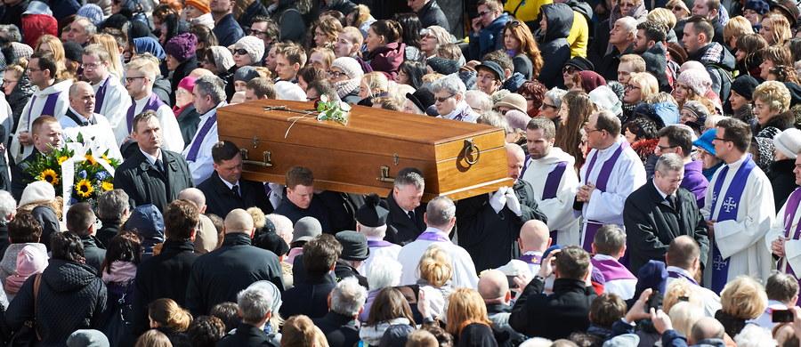 W piątek odbył się pogrzeb księdza Jana Kaczkowskiego. Duchowny zmarł 28 marca, od wielu lat zmagał się z nowotworem. W ostatnim pożegnaniu towarzyszyła mu rodzina, znajomi, przyjaciele i mieszkańcy Pomorza. Ksiądz został pochowany na cmentarzu komunalnym w Sopocie.