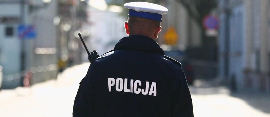 Dwóch zamaskowanych sprawców napadło na bank w Stalowej Woli przy ul. Okulickiego (woj. podkarpackie). Złodzieje sterroryzowali pracownice banku i zmusili je do wydania kasetki z pieniędzmi. Kasjerki z lekkimi obrażeniami ciała trafiły do szpitala. Policja poszukuje sprawców.