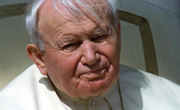 """""""Najdrożsi bracia i siostry, o 21.37 nasz najukochańszy Ojciec Święty Jan Paweł II powrócił do domu Ojca"""" - te słowa 11 lat temu padły na placu Świętego Piotr w Rzymie. 2 kwietnia 2005 roku arcybiskup Leonardo Sandri poinformował wiernych o śmierci papieża-Polaka. Dzisiejsza rocznica przypada, tak jak w dzień śmierci Jana Pawła II, w wigilię Niedzieli Miłosierdzia Bożego."""