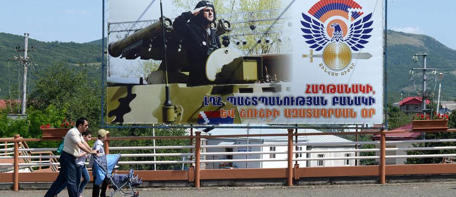 W nocy z piątku na sobotę wybuchły walki między żołnierzami z Armenii i Azerbejdżanu w pobliżu Górskiego Karabachu - ormiańskiej enklawy w Azerbejdżanie. Obie strony obwiniają się o złamanie kruchego rozejmu. Nie ma na razie informacji o ewentualnych ofiarach.