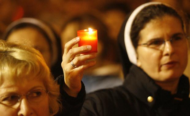 Wierni na całym świecie zapalili światła dla papieża-Polaka w godzinie jego śmierci, czyli o 21:37. Jan Paweł II zmarł 11 lat temu - 2 kwietnia. Na Placu Świętego Piotra odbyło się czuwanie modlitewne, któremu przewodniczył Franciszek. W uroczystości dedykowanej pamięci papieża-Polaka uczestniczyło tysiące wiernych.