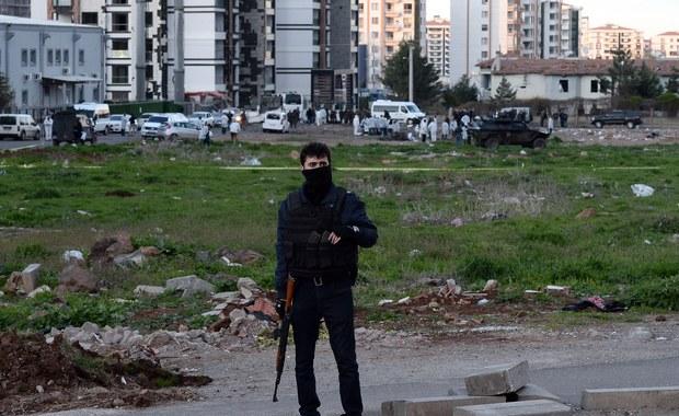 Turecki policjant z sił specjalnych i pięciu żołnierzy zginęło w sobotę wskutek wybuchu miny w poludniowo-wschodniej Turcji. Podłożyli ją prawdopodobnie kurdyjscy partyzanci.