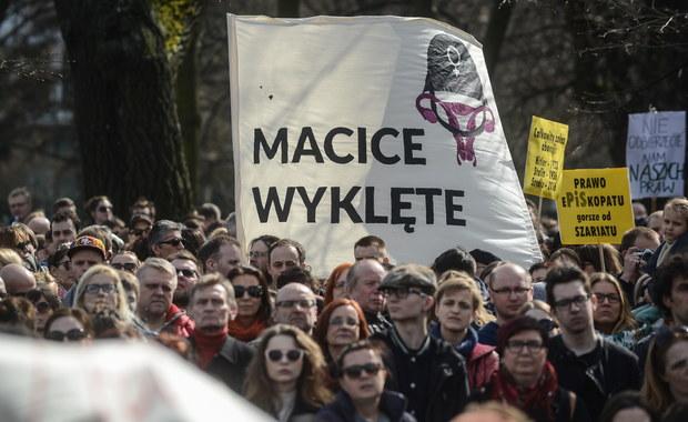 Kilka tysięcy osób protestowało z inicjatywy partii Razem przed Sejmem przeciw planom zaostrzenia prawa antyaborcyjnego. Decyzja o macierzyństwie powinna należeć do kobiety, a nie policjanta i prokuratora – przekonywano. Protesty odbyły się też w innych miastach Polski.