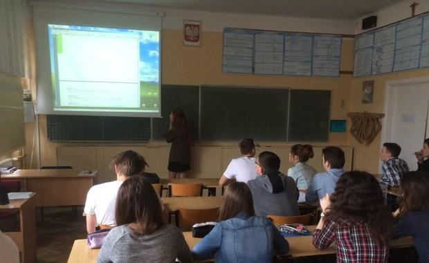Dokładnie za miesiąc ruszają matury. Egzaminacyjny maraton rozpocznie się 4 maja egzaminem pisemnym z języka polskiego na poziomie podstawowym. Następnego dnia abiturienci zmierzą się z językiem angielskim, kolejnego z matematyką. Ostatni egzamin odbędzie się 23 maja.