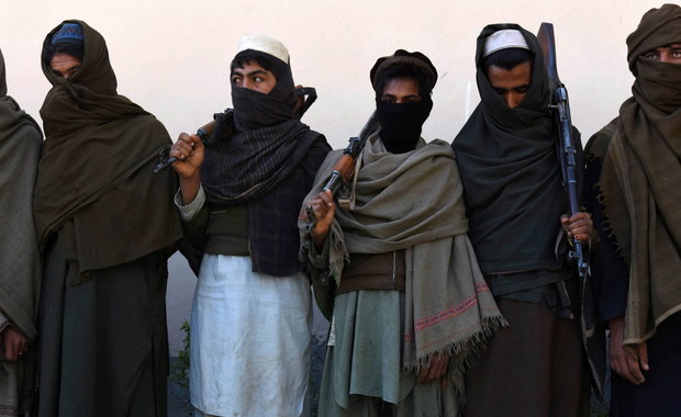 """Afgańscy talibowie stworzyli specjalną aplikację na Androida w języku paszto, która miała promować ich poglądy. Została bardzo szybko usunięta. Jak podkreśla """"Guardian"""", ta aplikacja to element rywalizacji talibów z Państwem Islamskim."""