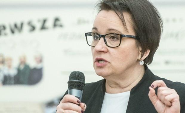 Od początku swej pracy na stanowisku ministra edukacji narodowej pani Anna Zalewska stwarza wrażenie, że zamierza dokonać generalnych zmian w polskiej oświacie. W kolejnych wypowiedziach przedstawia rozmaite pomysły, czyniąc to zresztą z niezachwianą pewnością posiadania recepty na skuteczne rozwiązanie wszystkich oświatowych polskich problemów. Jednak poważna i spokojna analiza jej wypowiedzi i pomysłów nie nastraja optymistycznie. Trudno bowiem doszukać się w nich precyzyjnie zakreślonego celu oraz spójnej strategii działań. Obecna minister edukacji neguje w istocie kluczowe zmiany, do jakich doszło w polskiej oświacie po 1990 r. i można odnieść wrażenie, iż najchętniej przywróciłaby istniejący wcześniej system oświatowy. Najbardziej wyraziście jest to widoczne w jej pragnieniu ograniczenia dotyczących oświaty kompetencji samorządów oraz niechęci do wszelkich obywatelskich inicjatyw edukacyjnych m.in. do edukacji domowej i prowadzenia szkół publicznych przez podmioty niepubliczne. Najbliższy jest jej model centralnie zarządzanej oświaty, z maksymalnie ograniczoną autonomią szkół. Szkoda, że nie rozumie ona, iż podjęta przez nią próba wzmacniania etatyzmu w naszym szkolnictwie przyniesie dalsze pogłębienie kryzysu polskiej oświaty.