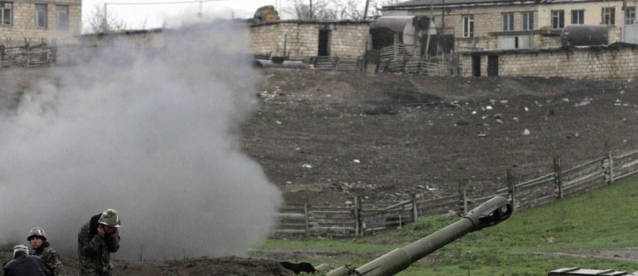"""W trzecim dniu walk z siłami Armenii w rejonie Górskiego Karabachu armia Azerbejdżanu poinformowała o śmierci trzech swoich żołnierzy. Obie strony obwiniają się o eskalację konfliktu, o nieuznawaną przez świat ormiańską enklawę w Azerbejdżanie. Według resortu obrony Azerbejdżanu, wojskowi zginęli w wyniku """"ostrzału z moździerzy i granatników prowadzonego z pozycji okupowanych przez armeńską armię""""."""