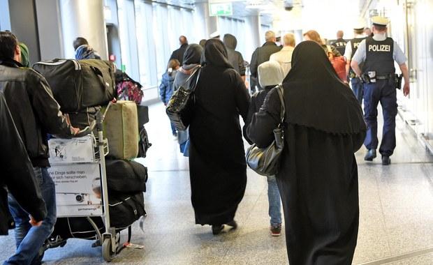 Pierwsza grupa 16 Syryjczyków przyleciała ze Stambułu do Hanoweru w Dolnej Saksonii w ramach porozumienia zawartego między Unią Europejską a Turcją - poinformował Federalny Urząd ds. Migracji i Uchodźców (BAMF). Syryjczycy mieli zostać przewiezieni do ośrodka we Friedlandzie, ok. 140 km od Hanoweru. W ciągu dnia oczekiwana jest jeszcze jedna grupa Syryjczyków, również 16-osobowa.