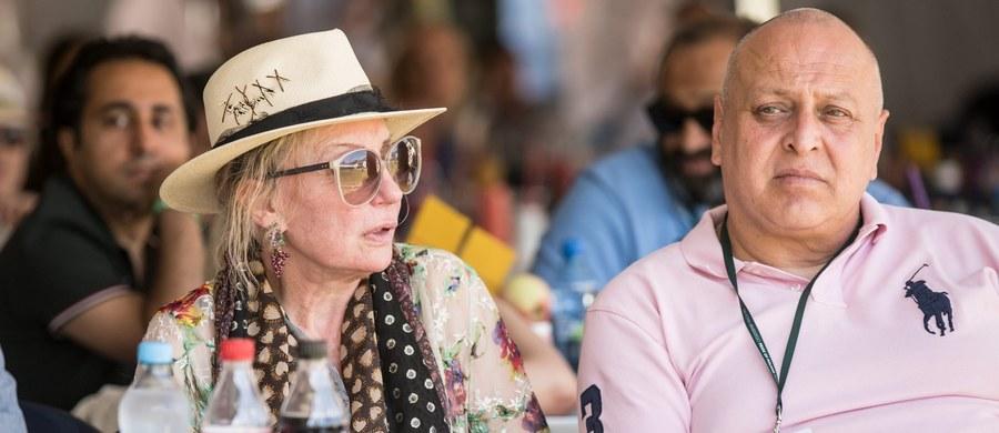 Przedstawicielka Shirley Watts, właścicielki klaczy Amra, która padła w weekend w Janowie Podlaskim, oskarża dyrekcję stadniny o lekceważące potraktowanie swojej klientki. Żona perkusisty The Rolling Stones już po fakcie miała dowiedzieć się o przewiezieniu klaczy na poród do kliniki weterynaryjnej w Warszawie.