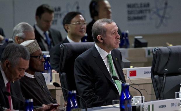 """Prezydent Turcji Recep Tayyip Erdogan odrzucił """"lekcję demokracji"""" ze strony Zachodu w kwestii wolności prasy w jego kraju. To reakcja na ubiegłotygodniową krytykę ze strony prezydenta USA Baracka Obamy."""