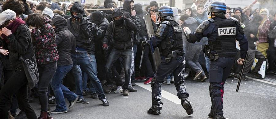 Na ulicach Paryża licealiści starli się ze szturmowymi oddziałami policji. Do zamieszek doszło w czasie demonstracji przeciwko reformie kodeksu pracy. Uczniowie obrzucili kamieniami, butelkami i jajkami funkcjonariuszy, którzy odpowiedzieli pałkami i gazem łzawiącym.